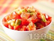 Свежа лятна салата с домати, авокадо и сушен риган